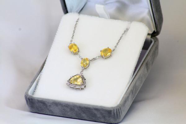 3つの宝石の付いたネックレス