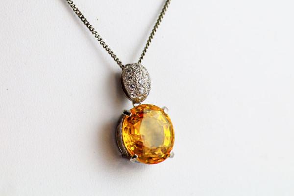 黄色い大きな宝石のペンダント